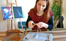 Eva kreiert Ihre persönliche Edelsteinkette
